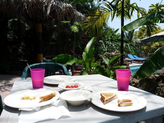 West Bay Lodge: Homemade lunch by the pool side