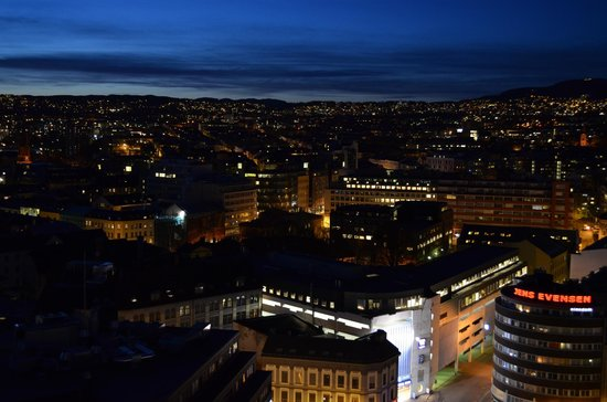 Radisson Blu Plaza Hotel, Oslo: Night views from the room on the 19th floor