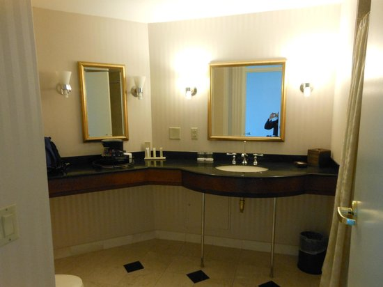 Grand Pequot Tower: Bathroom was immaculate!