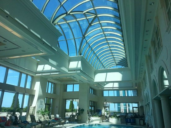 Grand Pequot Tower: Beautiful pool area with glass ceiling!