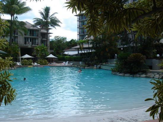 Novotel Cairns Oasis Resort: Hotel pool - notice the beach