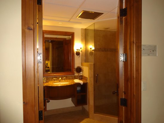Tivoli Lodge: Double door entry to bathroom