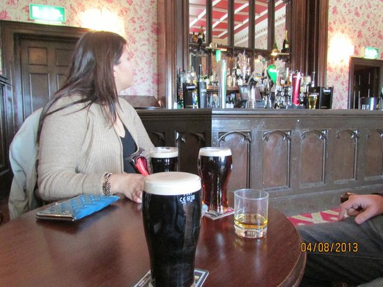 Collooney, Irland: A few drinks at the bar