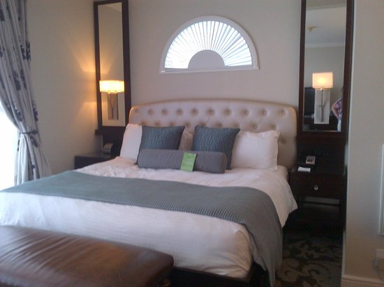 La Mer Hotel and Dewey House: Beautiful window above the comfy bed