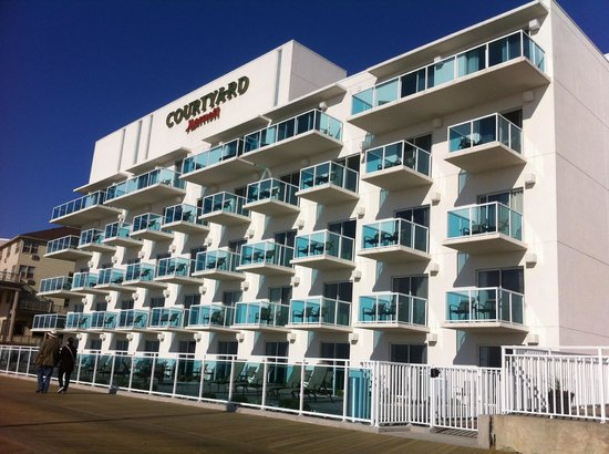 Courtyard by Marriott Ocean City: View of Hotel from boardwalk