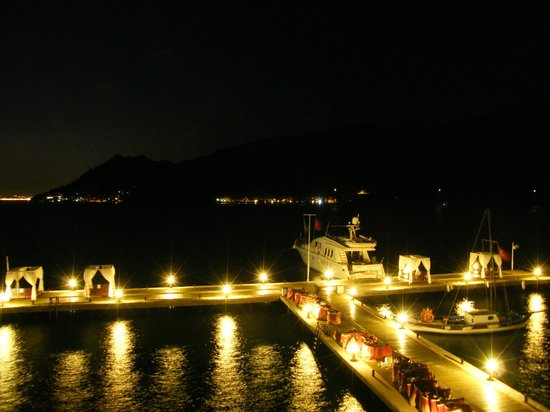 Marmaris Imperial Hotel: The hotel&#39;s pier at night