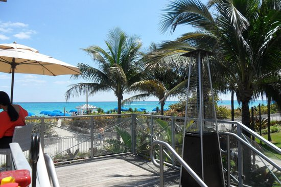 Eden Roc, a Renaissance Beach Resort & Spa: Beach front grill bar.. beautiful..