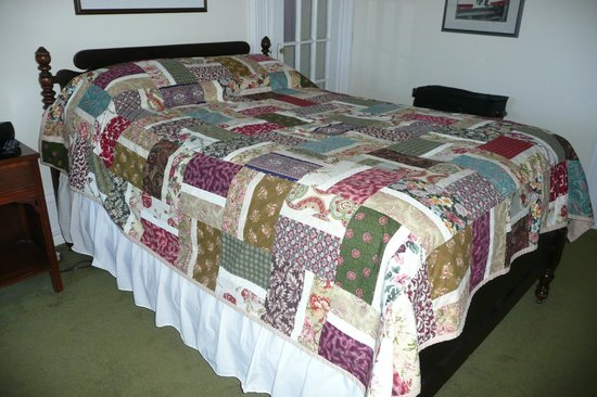 The Roses Heritage Inn: Lovely bed and quilt