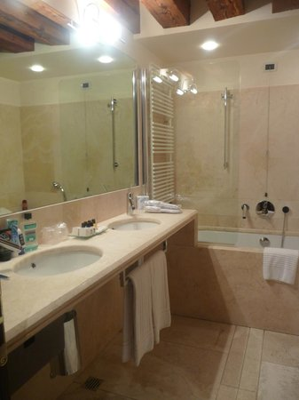 Ruzzini Palace Hotel: En suite bathroom 1