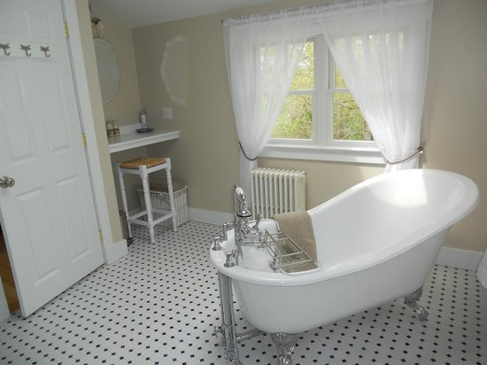 Waldoboro, ME: Skylight Room Bath