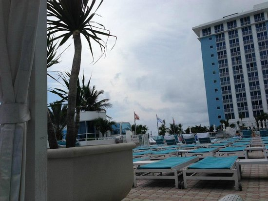 The Westin Beach Resort & Spa, Fort Lauderdale: Awesome pool deck with bar, restaurant and cabanas