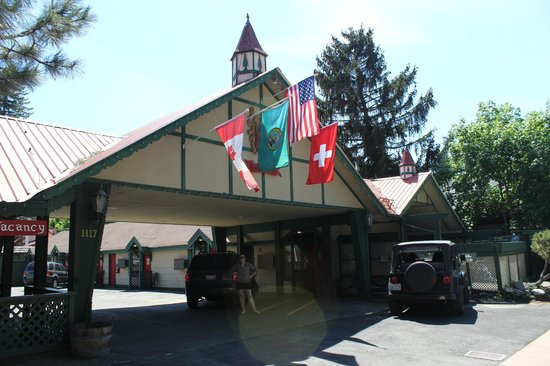 Evergreen Inn: Entrance