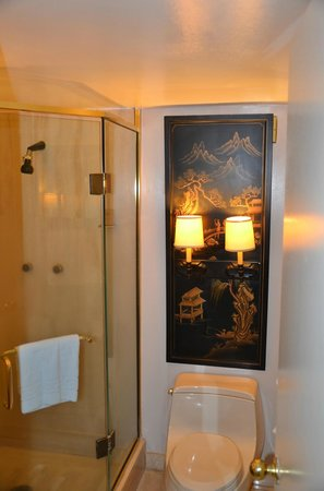 Aston Waikiki Beachside Hotel: Bathroom
