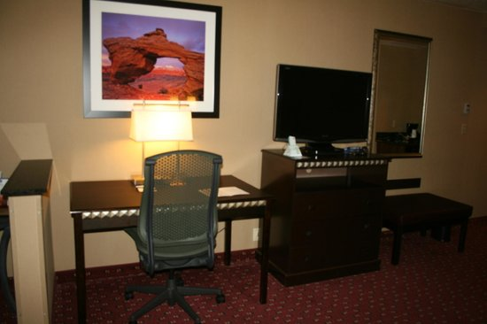BEST WESTERN Plus Canyonlands Inn: TV, drawers, table &amp; chairs