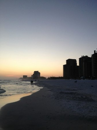 Hilton Sandestin Beach, Golf Resort &amp; Spa: Walking the Beach in Front of Hotel