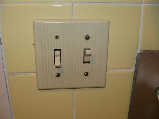 Ashburn, Джорджия: This is the bathroom light switch.