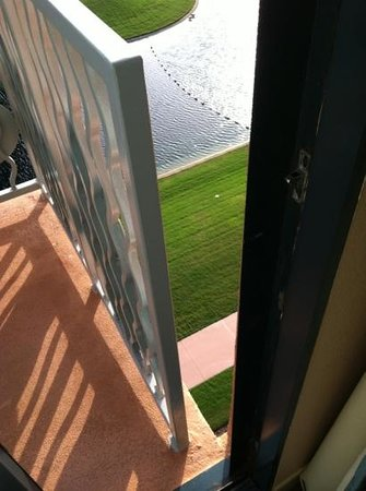 Walt Disney World Swan and Dolphin: Strange gap on balcony - watch your little