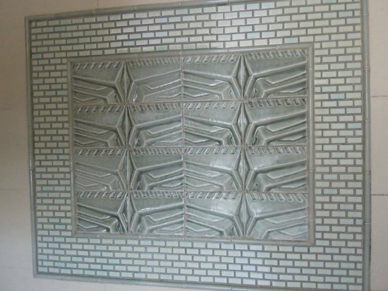Arizona Biltmore: Tiles in the walk in shower