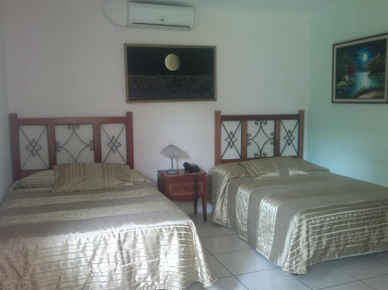 Hotel Los Pinos: Double Room with two beds