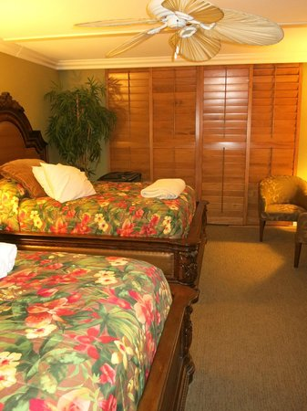 Pacific Terrace Hotel: Room 201, two queen beds and wooden shutters