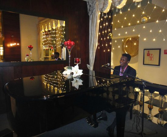 Iberostar Grand Rose Hall: Talented piano player at the lounge/bar.