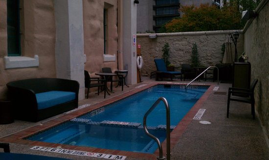 Holiday Inn Express San Antonio North: WARM, cute pool!