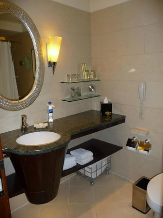 Edsa Shangri-La: Garden Wing bathroom- level 5