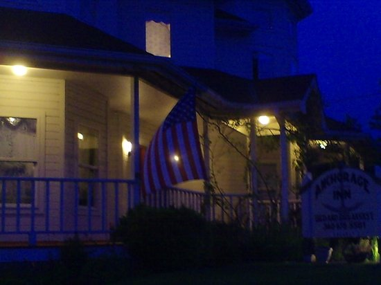 Anchorage Inn Bed and Breakfast : Night time on the front porch