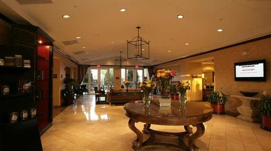 Doubletree by Hilton Dallas Market Center: Hotel Lobby and Atrium