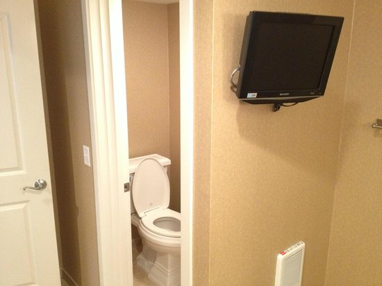 Surfsand Resort: Seperate toilet room and TV in bathroom