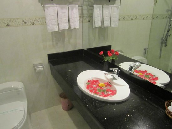 โรงแรมเมราคัส: Spacious, modern bathroom with petals to boot!