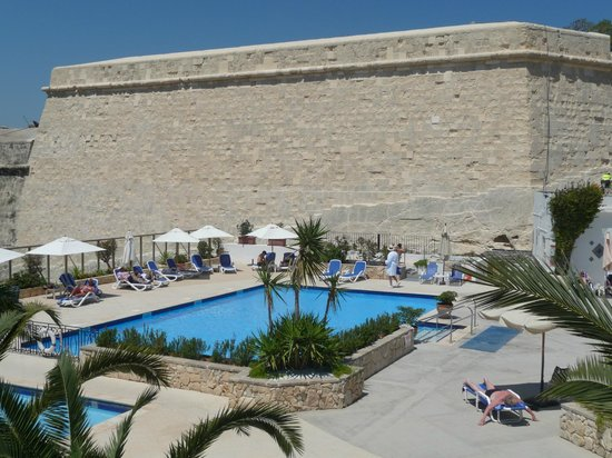 Hotel Phoenicia: Pool with recently renovated city wall.