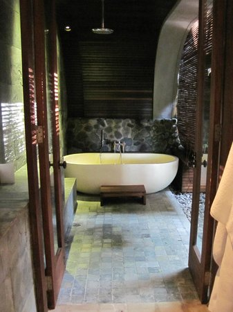 Alila Ubud: The outdoor bathroom was luxurious