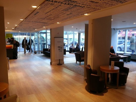 Holiday Inn London - Camden Lock: A busy swanky new Open Lobby ... we love the buzz!