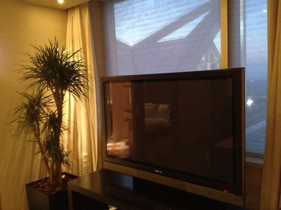 Park Hyatt Tokyo: Ridiculously large tv in bedroom.