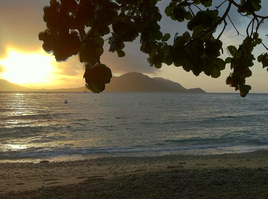 Fitzroy Island Resort: Great sunsets over Welcome Bay