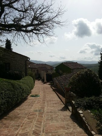 Il Borgo di Vescine - Relais del Chianti: parking and entrance to the ground