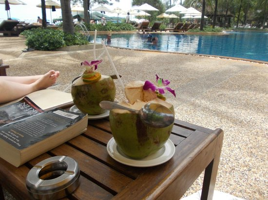 Katathani Phuket Beach Resort: Cocktail service by the pool