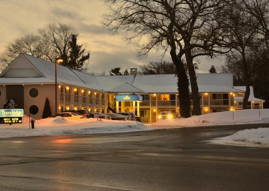 Travelodge Traverse City: Front exterior view from Munson Ave. Early March morning