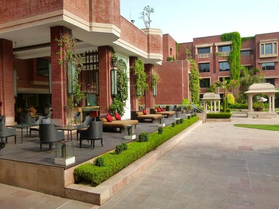 ITC Rajputana, Jaipur: daybeds at outdoor bar