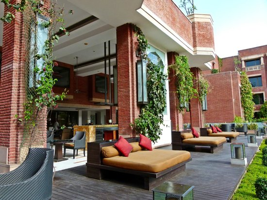 ITC Rajputana, Jaipur: daybeds at poolside bar