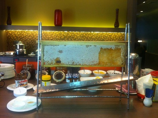 Novotel Bangkok on Siam Square: Premier Lounge: breakfast, honey (nice gadget)