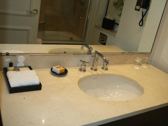 Hyatt Regency London - The Churchill: the bathroom