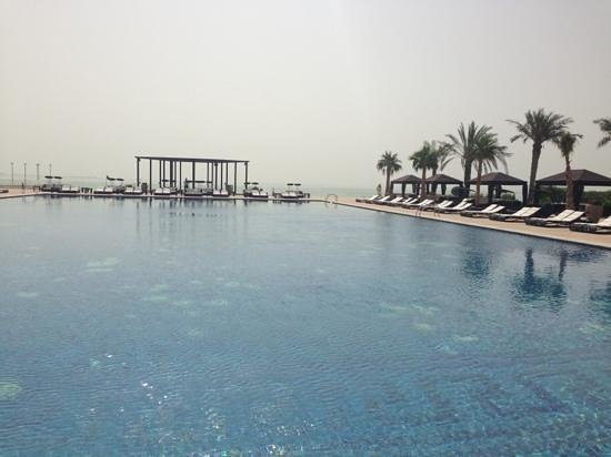 The St. Regis Doha: бассейн