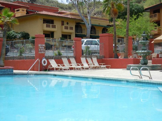 Pointe Hilton Tapatio Cliffs Resort: Pool by work-out room