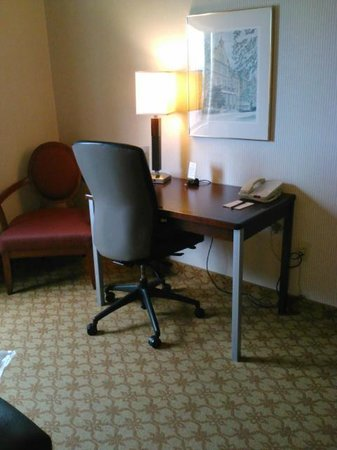 Inn at Saint Mary&#39;s Hotel &amp; Suites: Desk with chair and other chair