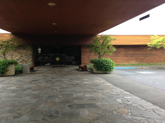 Fountaingrove Inn: Outside the lobby