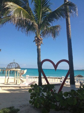 Sandals Royal Bahamian Spa Resort &amp; Offshore Island: Love the resort grounds!  So romantic!
