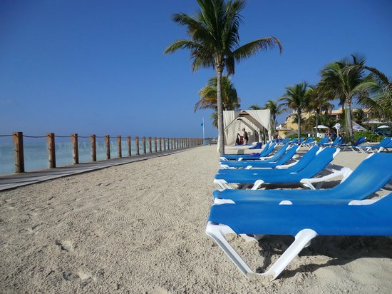 Ocean Maya Royale: Beach and standard loungers
