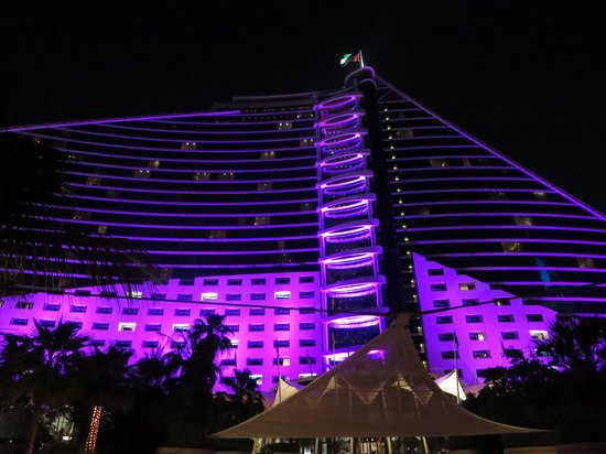 Jumeirah Beach Hotel: Changes colour at night